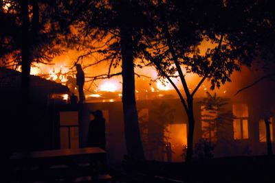 Tadilattaki okul alev alev yandı