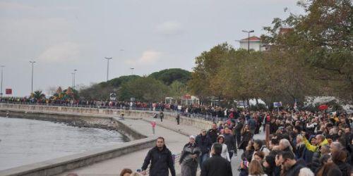 Kadıköy'de onbinlerce insan ATAya saygı zinciri kurdular