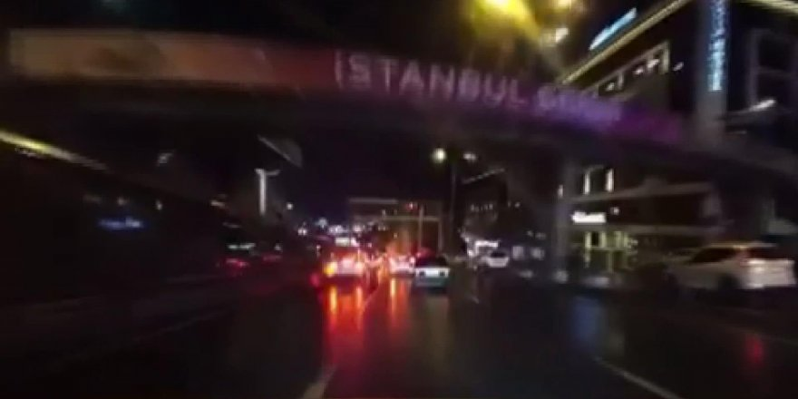 BEYLİKDÜZÜ'NDE MAKAS ATARKEN BARİYERLERE ÇARPTI; O ANLAR KAMERADA