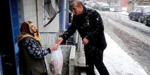 Yaşlılara süt ve ekmek yardımı