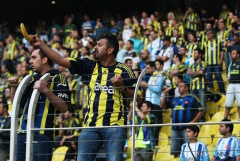 """Fenerbahçe tribünlerinde """"muzlu"""" ırkçılık"""