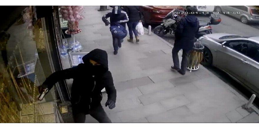 Çağlayan'da Yüzleri Maskeli Ve Silahlı İki Kişi Kabzayla Vitrin Camını Kırmaya Çalıştı