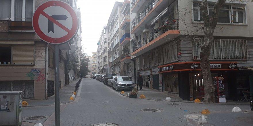 Kadıköy'de motosiklet otomobile çarptı