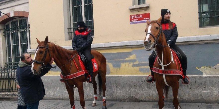 İstiklal Caddesi'nde Atlı Polislerin Geçidi Turistlerden Büyük İlgi Gördü