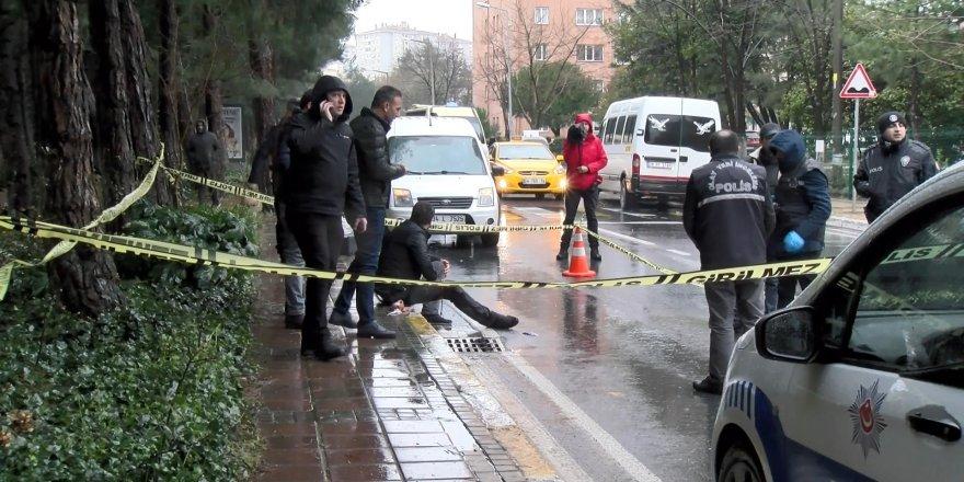 Bacağından silahla vuruldu, kaldırıma oturdu, ambulans bekledi