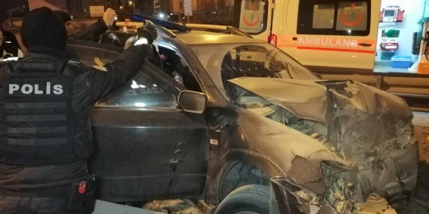 Ehliyetsiz Sürücü Kaçırdığı Otomobille Köprü Ayağına Çarptı