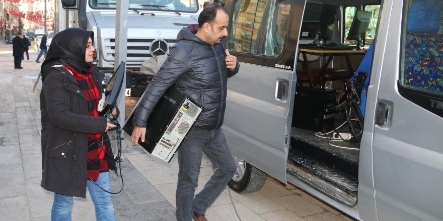 DEPREMDE OFİSİ ZARAR GÖREN YEREL GAZETE, MİNİBÜSTE ÇIKARILIYOR