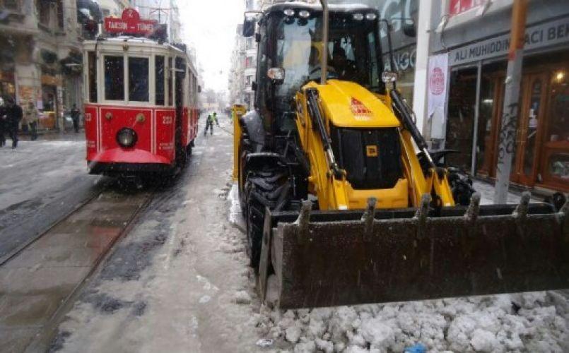 Beyoğlu'nda karla mücadeleye devam