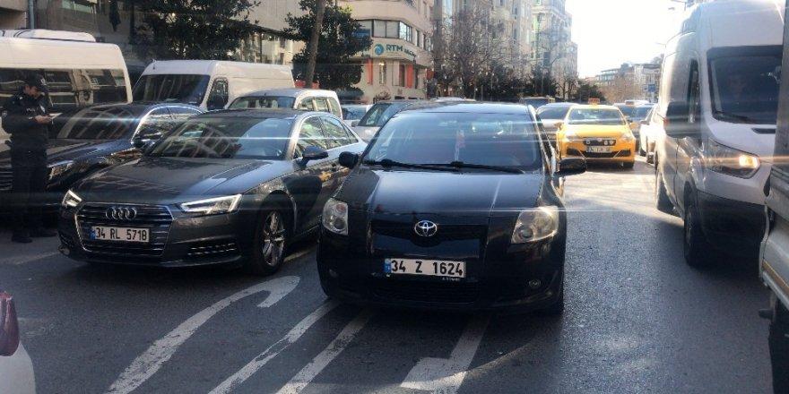 İstanbul'un Göbeğinde Bıçaklı Trafik Kavgası