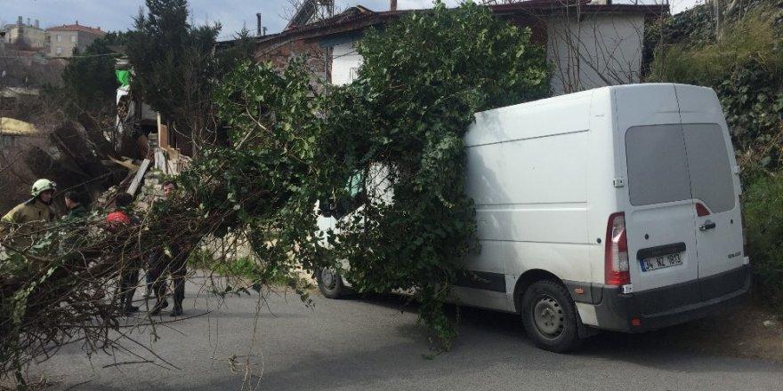 Sultangazi'de Fırtına Elektrik Direğini Minibüsün Üzerine Devirdi