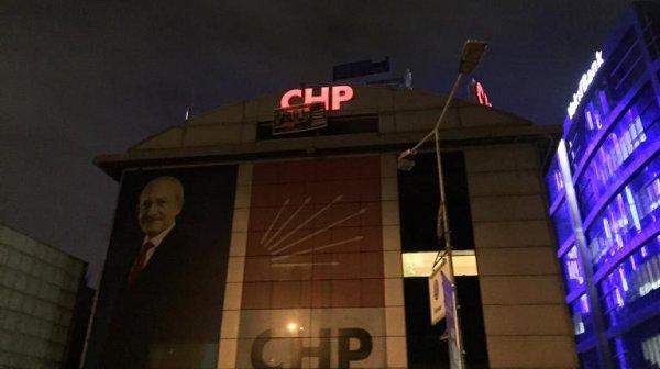CHP'li gençler, indirilen pankartı tekrar astılar