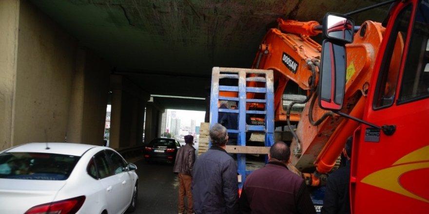 Kartal'da, İş makinesi yüklü tır köprüde sıkıştı
