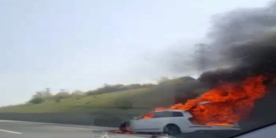 Seyir halindeki bir araç alev alev yandı