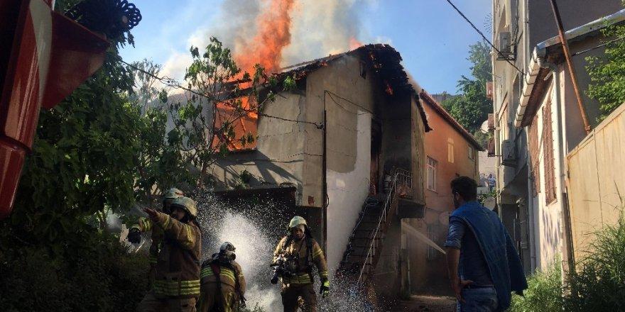 Beyoğlu'nda iki katlı binada korkutan yangın