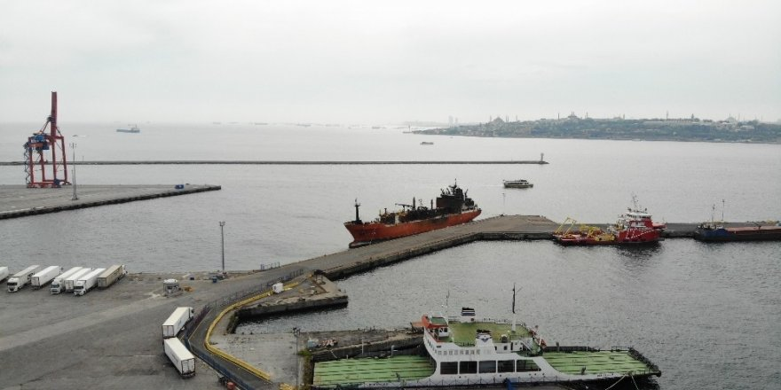 Kerç Boğazı'nda Yanan Gemilerden Biri Haydarpaşa Limanı'na Getirildi