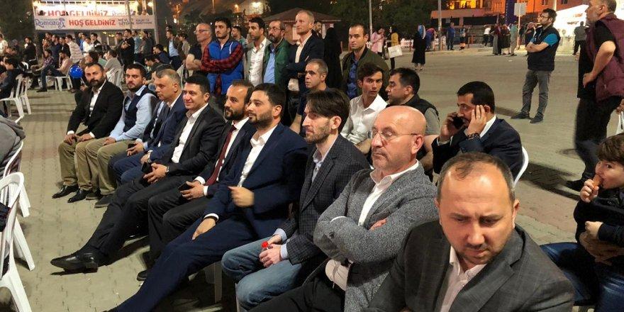 Kağıthane'nin başkanı Mevlüt Öztekin, Tarihi Maçı Gençlerle Birlikte İzledi