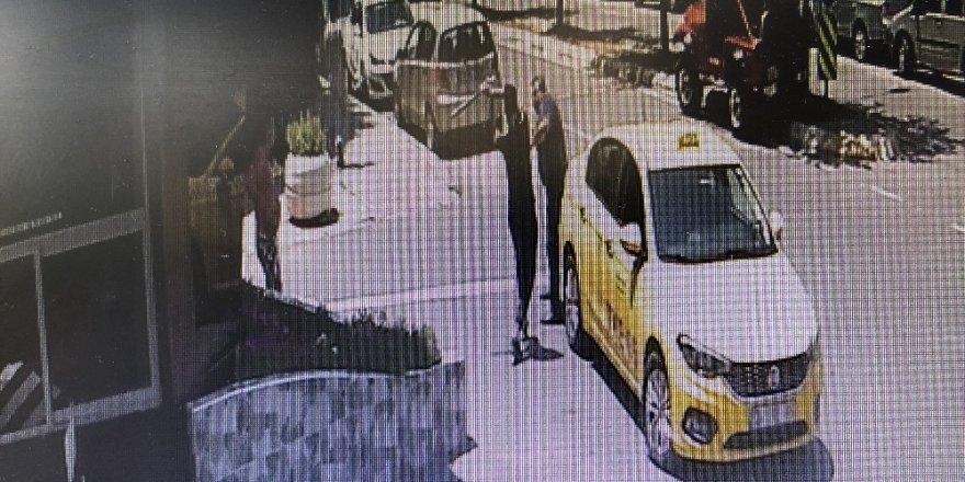 Annesine sarkıntılık yaptığı iddia edilen taksiciyi demir sopayla böyle dövdü