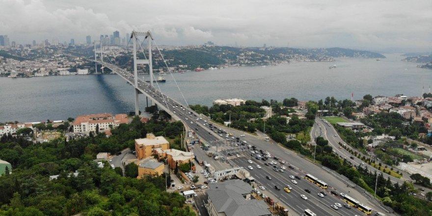 Köprüde yaşanan hareketli dakikalar sebebiyle oluşan trafik yoğunluğu havadan görüntülendi