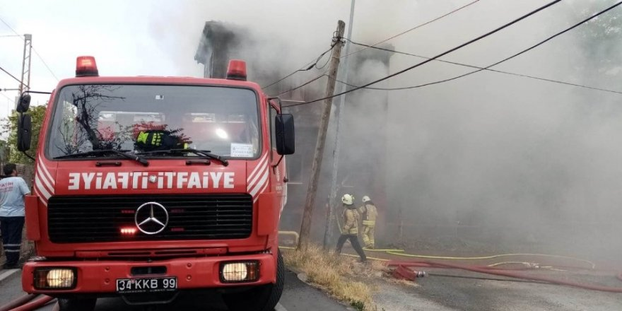 Fatih'te tadilatta olan iki katlı evde yangın çıktı