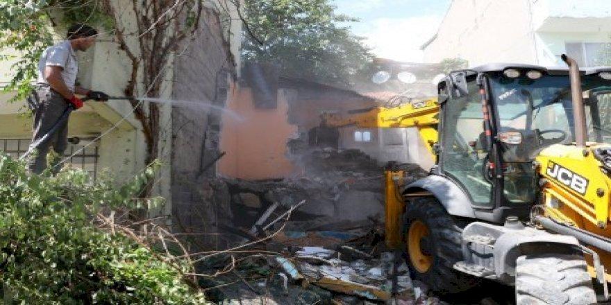 Tehlike arzeden binaya kontrollü yıkım