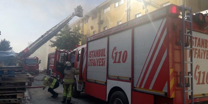 Esenyurt'ta plastik fabrikasında korkutan yangın