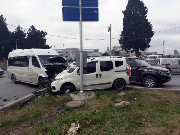 Esenyurt'ta, Servis aracı ile ticari araç çarpıştı: 1 yaralı