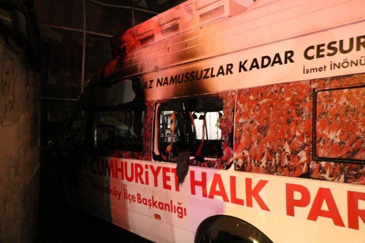 Çekmeköy'de CHP seçim aracı yandı