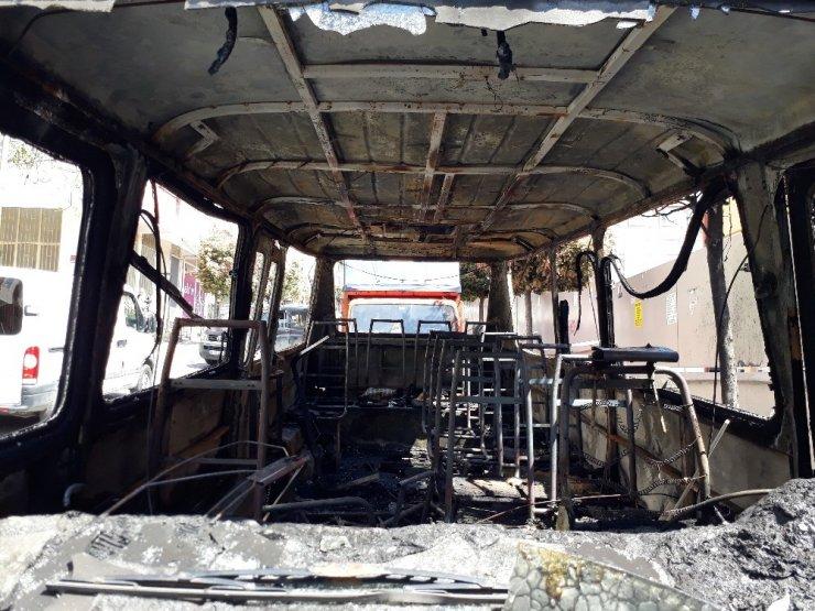 Güngören'de, Park halindeki minibüs alev alev yandı