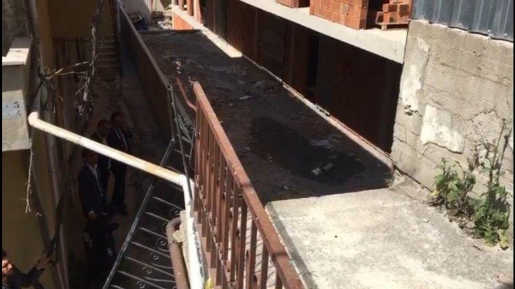 İnşaatta merdiven devrildi, bir kişi altında kaldı