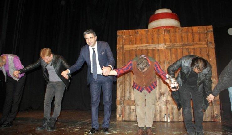 """""""Barut Fıçısı"""" adlı tiyatro oyunu, Kartal'da yoğun ilgi gördü"""