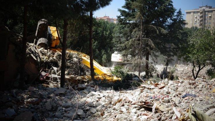 İş makinesi yıkım yapılan binadan zemine düştü