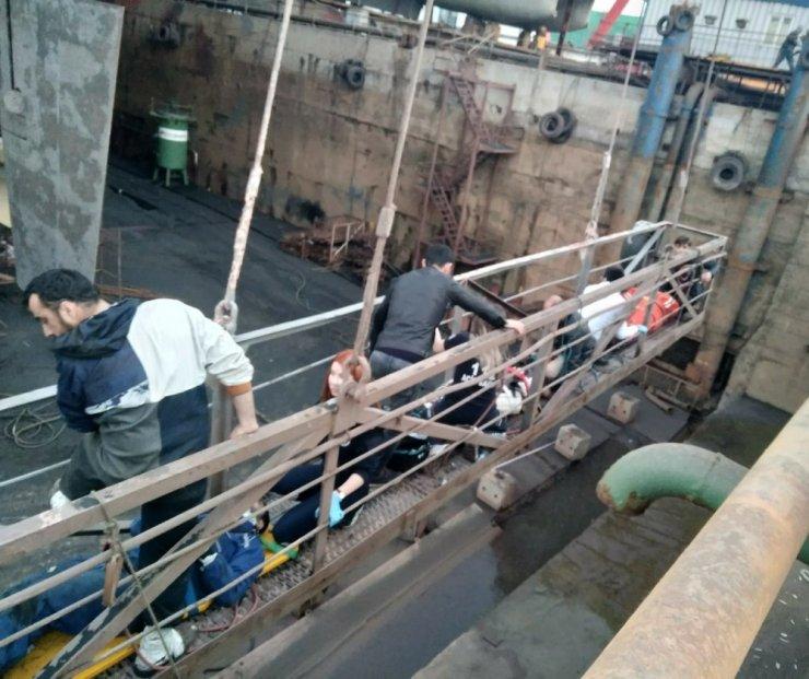 Tuzla'da bir tersanede iskelenin halatı koptu: 5 işçi yaralandı