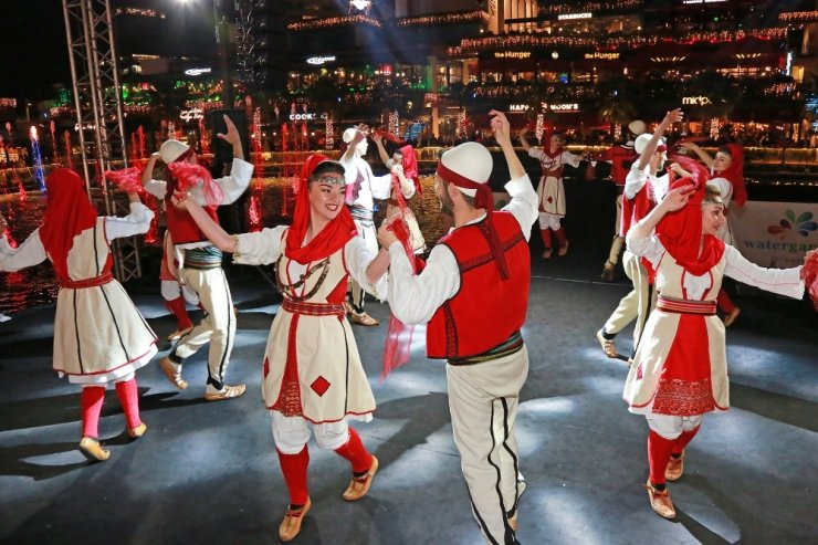 Dünya Dans Günü'nde misafir dans topluluklarından şov
