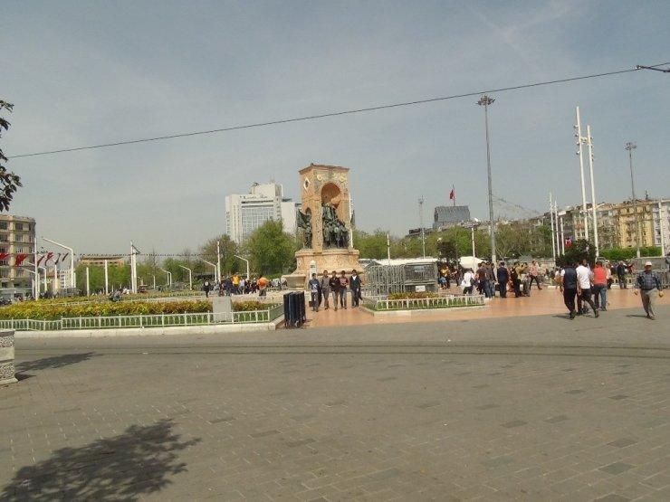 Taksim Meydanı'na kamyonetle bariyerler getirildi
