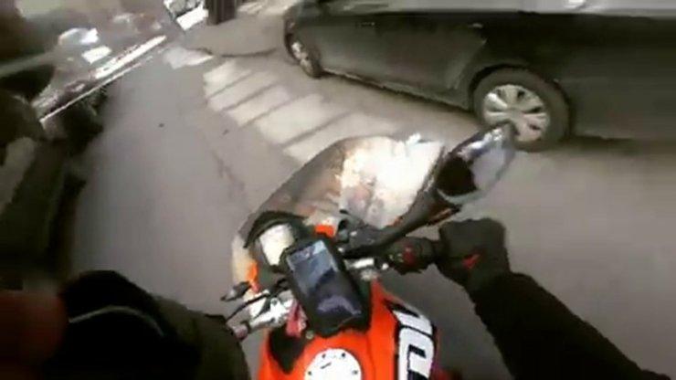 Başına halı düşen motosikletli neye uğradığına şaşırdı