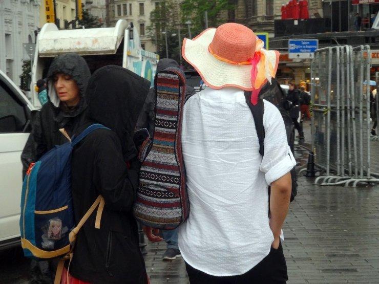 Taksim, aniden bastıran sağanak yağışa teslim oldu