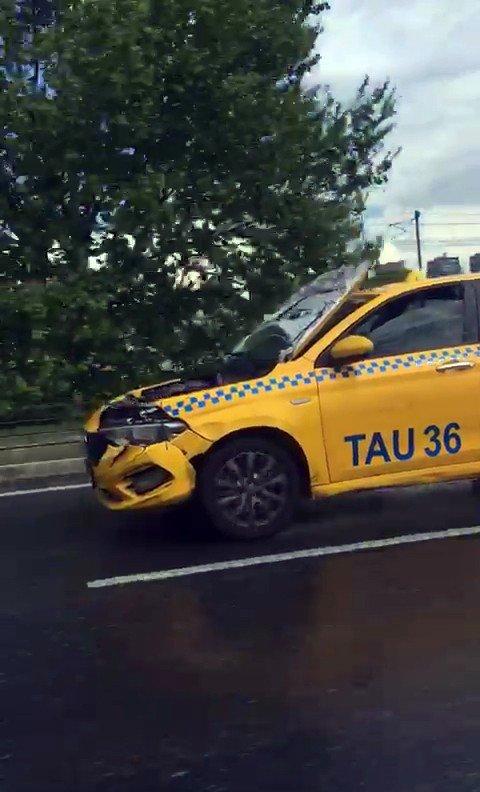 TEM Otoyolu'nda kaputu açık halde seyreden taksi hayrete düşürdü