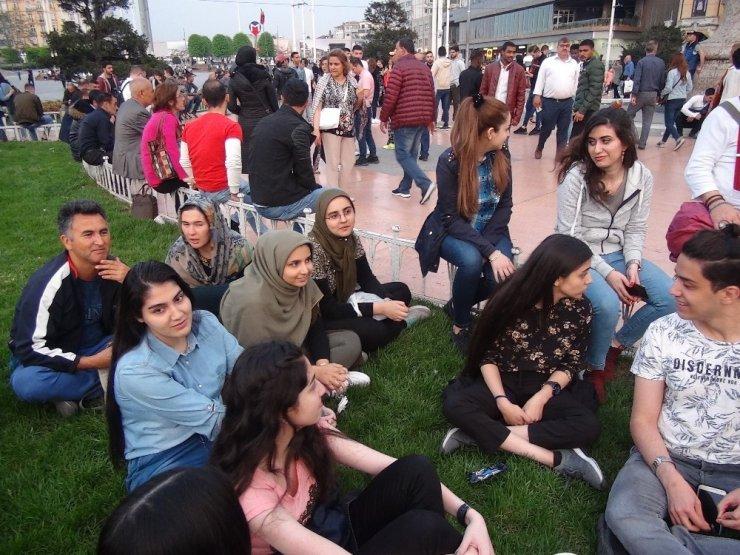 Taksim'de Şarkı Söylen İranlı Turistler Büyük İlgi Gördü