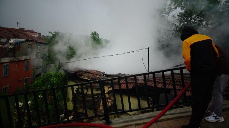 Tuzla'da boş gecekonduda yangın