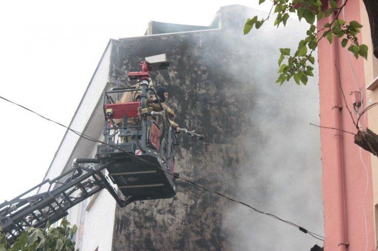 Ümraniye'de yangında içeride mahsur kalan anne ve çocuklarını vatandaşlar kurtardı
