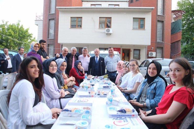 Bayrampaşa'da komşular sokak iftarında buluştu