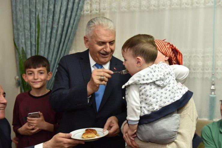 Binali Yıldırım Sultangazi'de Tan ailesinin iftar sofrasına misafir oldu