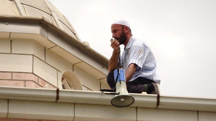 İmamlık Yaptığı Caminin Çatısına Çıktı