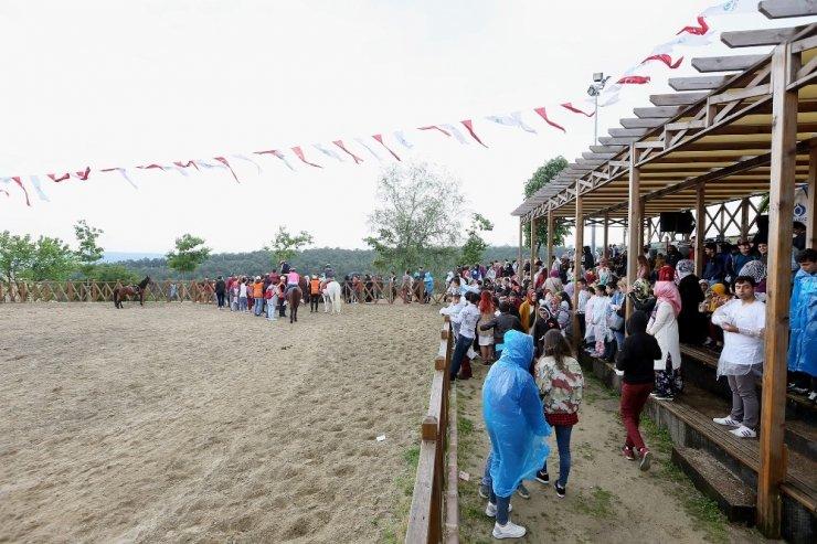 Sultangazi'de at binme tesisleri çocukların ilgi odağı