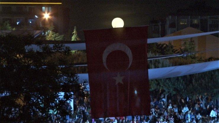 Beylikdüzü'nde, 19 Mayıs'la dolunayın al bayrakla görüntüsü mest etti