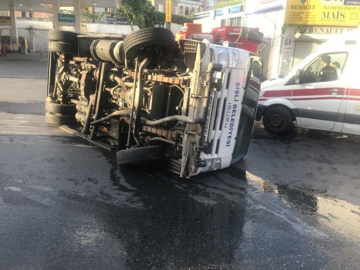Beyoğlu'nda belediyenin temizlik aracı devrildi