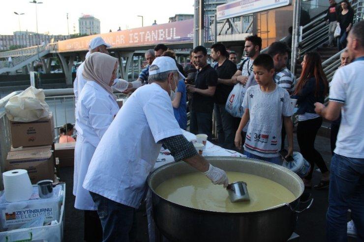 Cevizlibağ'da iftara yetişemeyen vatandaşlara çorba ikramı