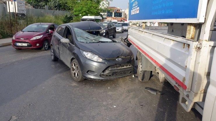 Pendik'de kontrolden çıkan araç kamyonete çarptı: 2 yaralı