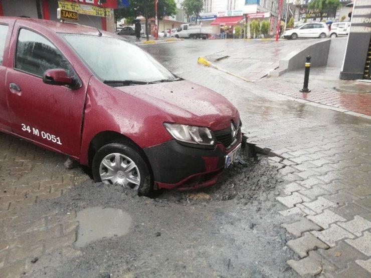 Esenyurt'ta taksi, yol çökmesi nedeniyle oluşan çukura düştü