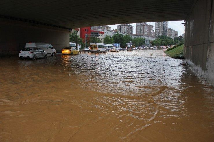 Göztepe Kavşağı'nda araçlar mahsur kaldı